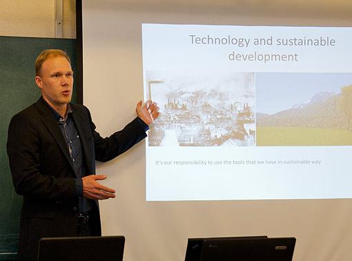 Ville Tuominen esittelee NatureGate-mobiilisovellusta