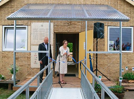 Kehitysministeri Heidi Hautala avaa ekotalonäyttelyn. Kuva: Jouko Lehmuskallio