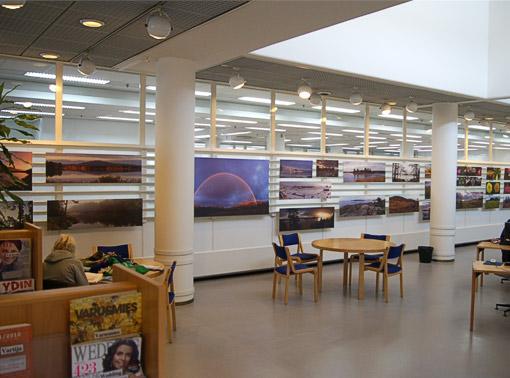 Jouko Lehmuskallion kuvia Helsingin pääkirjaston toisessa kerroksessa