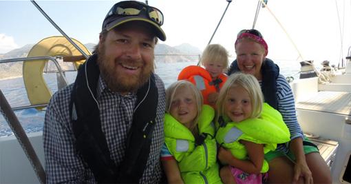 Tuomo, Riikka ja lapset valmiina reissuun. Kuva: sailforgood.org