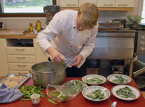 Sami Tallberg valmistamassa voikukanlehtisalaattia. Kuva: Jouko Lehmuskallio