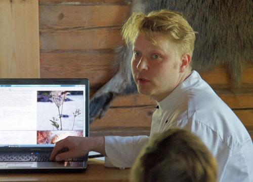 Sami Tallberg esittelee pian julkaistavaa kirjaansa. Kuva: Jouko Lehmuskallio